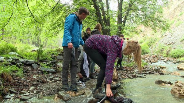 Ohne Waschmittel kannst du deine Klamotten direkt im Fluss auswaschen. | Rechte: KiKA/ HR