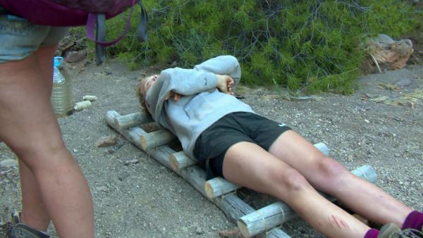 Der Verletzte kann transportiert werden. | Rechte: KiKA/ HR