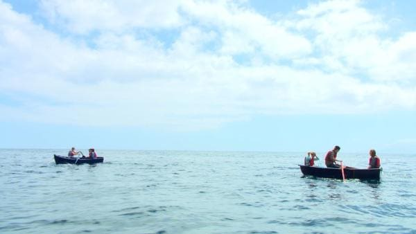 Mit kleinen Ruderbooten müssen die Sechs vom Schiff an Land rudern. Das ist im Meer gar nicht so einfach. | Rechte: hr/Rieke Henkel/Marius Riedel