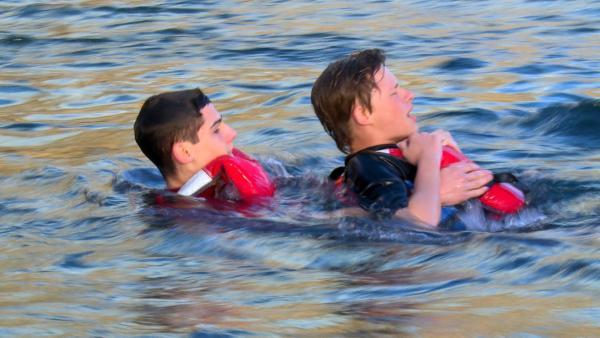 Orlando übt an Lukas die Schwimmerbergung. | Rechte: hr/Rieke Henkel/Marius Riedel