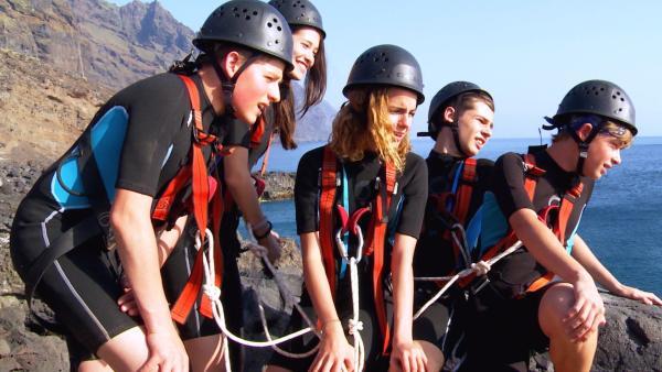 Ein skeptischer Blick in die Tiefe: Da sollen sie hinunter springen? | Rechte: hr/Rieke Henkel/Marius Riedel