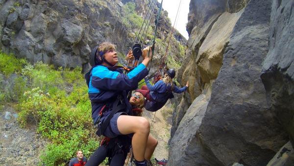 Lukas soll Hannah in vier Metern Höhe retten. Das stellt sich als ein echter Kraftakt für ihn heraus. | Rechte: hr/Rieke Henkel/Marius Riedel