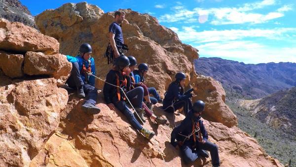 Im Gebirge gibt es die wieder eine Herausforderung, die es in sich hat: Abseilen aus einer Höhe von über 40 Metern. | Rechte: hr/Rieke Henkel/Marius Riedel