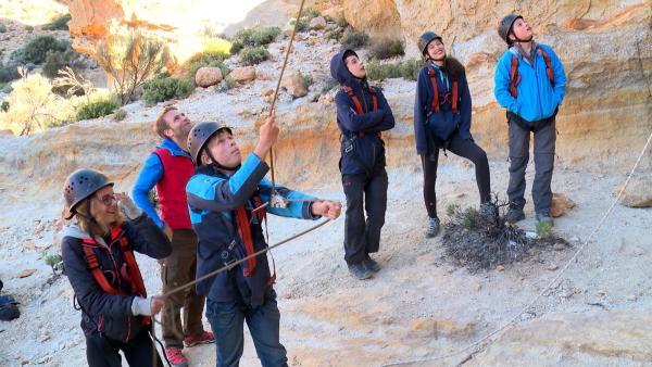 Im Gebirge sollen sich die sechs Abenteurer beim Klettern an einer glatten Wand bewähren. | Rechte: hr/Rieke Henkel/Marius Riedel