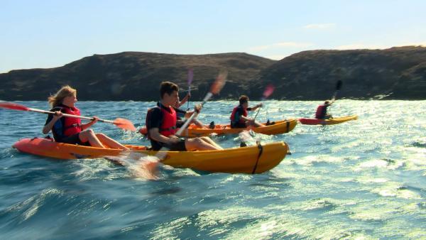 Die sechs Abenteurer sind in ihrem Element. Mit ihren Kanus geht es übers Wasser zum nächsten Camp. | Rechte: hr/Rieke Henkel/Marius Riedel