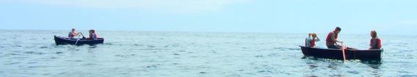 Mit kleinen Ruderbooten müssen die Sechs an Land rudern. Das ist im offenen Meer gar nicht so einfach. | Rechte: KiKA/ HR