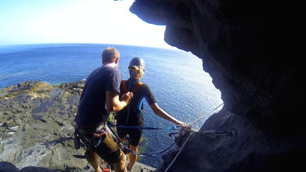 Unsere sechs Abenteurer springen von einer Klippe ins Meer und werden dabei die gesamte Zeit von Wildniscoach Tobi gesichert und betreut. Zuvor wurde der Felsvorsprung ganz genau überprüft und die Stelle im Meer unter der Klippe abgetaucht. Zusätzlich waren die ganze Zeit Retter im Wasser.  | Rechte: KiKA/ HR