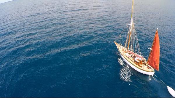 Mit dem Holzsegelschiff nehmen die Sechs Kurs auf ihre Abenteuerinsel. | Rechte: KiKA/ HR