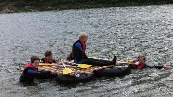 Alle sechs Abenteurer müssen im selbstgebauten Floß über den See kommen. | Rechte: hr/E+U TV Film- und Fernsehproduktion