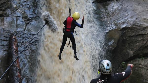 Abseilen in einem tosenden Wasserfall. Was für eine Herausforderung! | Rechte: hr/E+U TV Film- und Fernsehproduktion