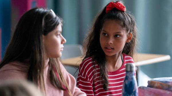Mia (Arazay Zink Campis, r.) und Zerda (Laila Mascher, l.) sind beste Freundinnen seit Kindertagen. Sie gehen in dieselbe Klasse. | Rechte: ZDF/Oliver Feist