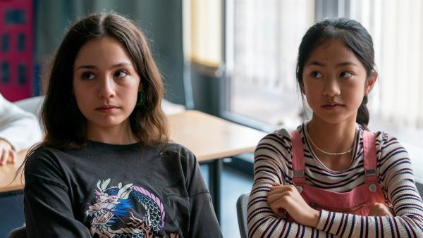 Leyla (Aleyna Ku?, l.) und Alicia (Nhung Bao Ngoc Le, r.) planen in einem Cliquen-Zimmer auf der Klassenfahrt zu übernachten. Wer soll alles dabei sein? | Rechte: ZDF/Oliver Feist