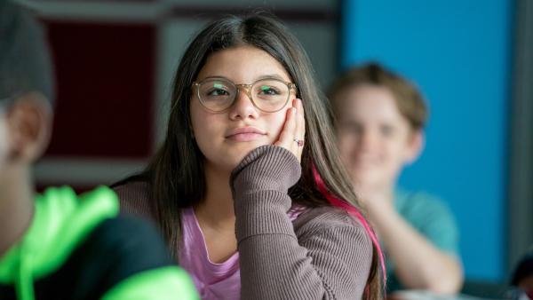Zerda (Laila Mascher) fühlt sich wohl in ihrer Klasse. | Rechte: ZDF/Oliver Feist