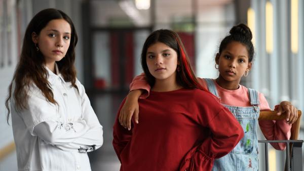 Mia (Arazay Zink Campis, r.) und Zerda (Laila Mascher, m.) sind beste Freundinnen. Leyla (Aleyna Ku?, l.) mag neuerdings auch mit Zerda befreundet sein. | Rechte: ZDF/Oliver Feist