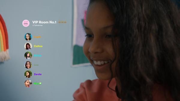 Mia (Arazay Zink Campis) freut sich. Sie ist mit Zerda im Vip-Mädels Chat. | Rechte: ZDF/Studio Zentral