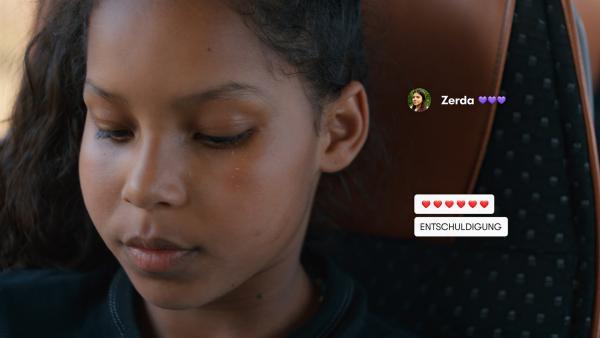 Mia (Arazay Zink Campis) ist enttäuscht. Ihre Freundin Zerda, hat sich einfach neben Leyla gesetzt und ihr keinen Platz freigehalten. | Rechte: ZDF/Studio Zentral