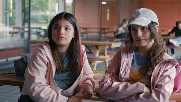 Leyla (Aleyna Ku, r.) und Zerda (Laila Mascher, l.) sind wütend auf Mia, die ungefragt Zerdas Handy genutzt hat. | Rechte: ZDF/Studio Zentral