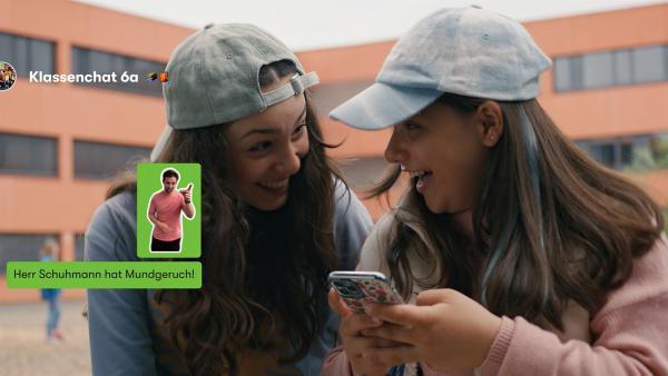 Zerda (Laila Mascher, r.) und Leyla (Aleyna Ku, r.) nutzen aus Spaß Mias Account, um Gerüchte in den Klassenchat zu posten. | Rechte: ZDF/Studio Zentral