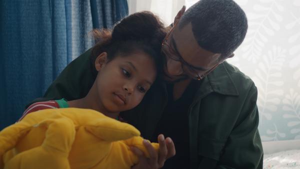 Mia (Arazay Zink Campis , l.) ist niedergeschlagen. Ihr Papa (Amani Mtoro, r.) gibt ihr Halt. | Rechte: ZDF/Studio Zentral