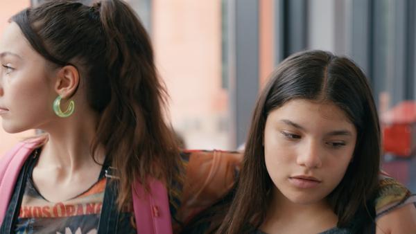 Zerda (Laila Mascher, r.) hat ein schlechtes Gewissen und ist gedanklich bei ihrer Freundin Mia.   Rechte: ZDF/Studio Zentral