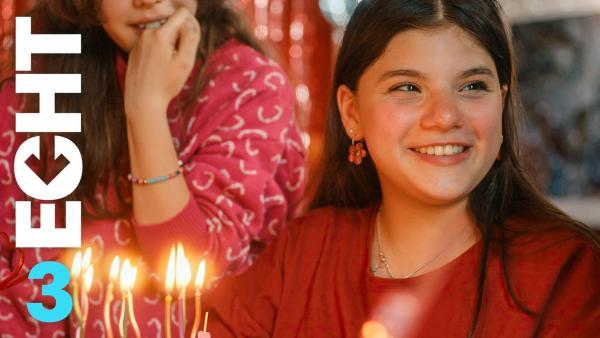 Zerda pustet die Kerzen auf ihrer Geburtstagstorte aus | Rechte: ZDF