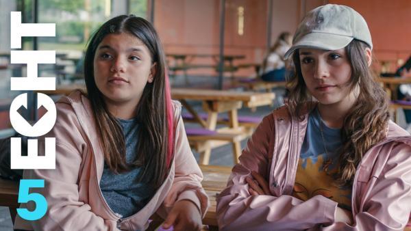 Zerda und Leyla sitzen in der Schule nebeneinander. Sie tragen das gleiche Outfit. | Rechte: ZDF