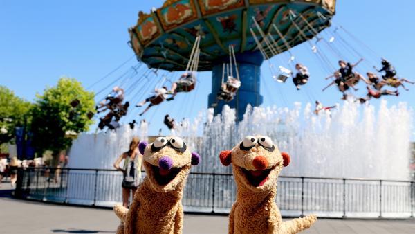 Die Erdmännchen-Detektive Jan & Henry sind dem Ballondieb im Freizeitpark auf der Spur. | Rechte: NDR/bigSmile