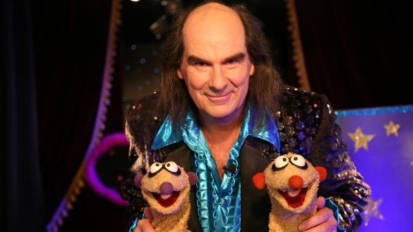 Bei der Vorstellung vom großen Zauberer Aubergini (Guildo Horn) erleben Jan & Henry eine Überraschung.   Rechte: NDR/bigSmile