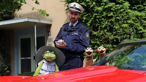 Die Erdmännchen-Detektive Jan & Henry sind auf der Suche nach dem Täter. | Rechte: NDR/bigSmile