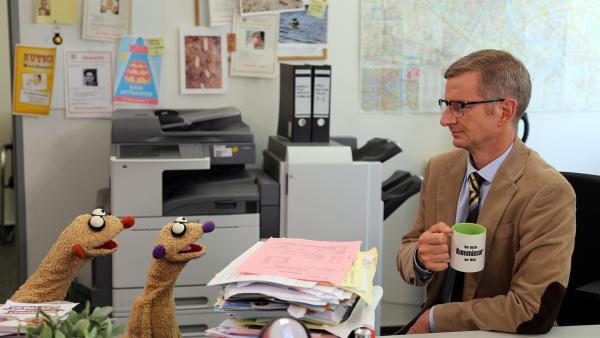 Die Erdmännchen-Detektive Jan & Henry im Büro von Kommissar (Michael Kessler). | Rechte: bigSmile/NDR