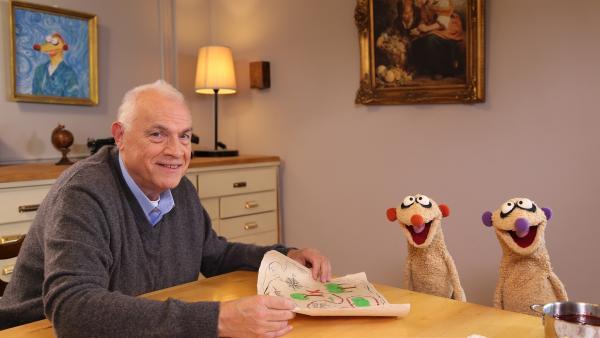 Der Rentner Herr Huber (Georg Roth) hat in seinem Keller eine Schatzkarte gefunden und beauftragt die Erdmännchen-Detektive Jan & Henry mit der Suche. | Rechte: NDR/bigSmile