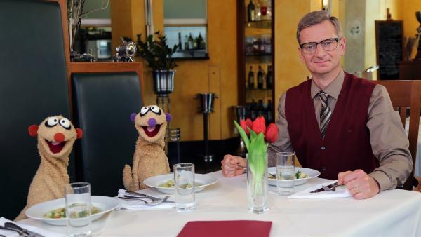 Jan & Henry werden vom Kommissar (Michael Kessler) in ein Restaurant eingeladen. Dort ereignen sich seltsame Dinge. | Rechte: NDR/bigSmile