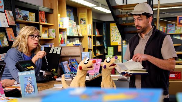 Jan & Henry im Einsatz im Buchladen (mit Mirja Regensburg und Matthias Rödder). | Rechte: bigSmile/NDR