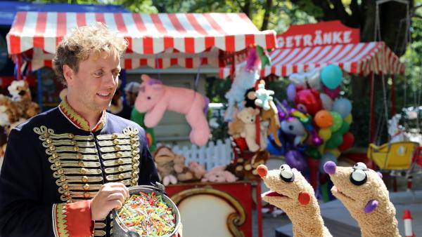Jan & Henry ltreffen auf einen Losverkäufer (Jesse Albert). | Rechte: bigSmile/NDR