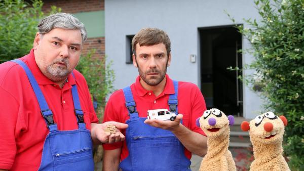 Jan & Henry zusammen mit den zwei verdächtigen Möbelpackern (Thomas Gimbel (li.) & Daniel Wiemer (re.)). | Rechte: bigSmile/NDR