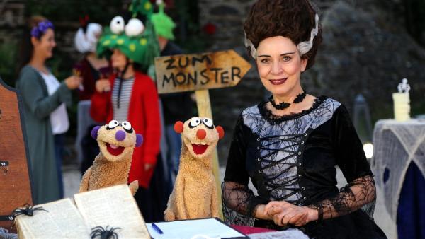 Jan & Henry eröffnen mit der Gräfin (Ute Willing) das Spukhotel. | Rechte: bigSmile/NDR