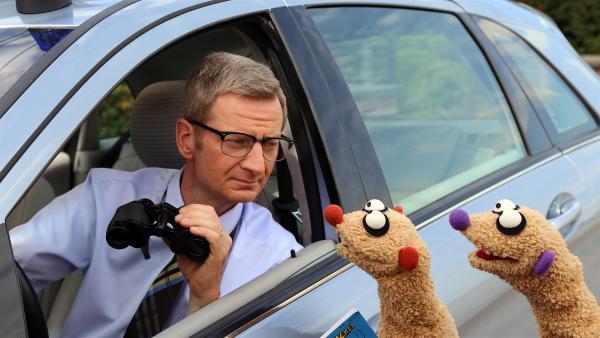 Der Kommissar (Michael Kessler) beobachtet mit Jan & Henry die Ufos. | Rechte: NDR/ bigSmile