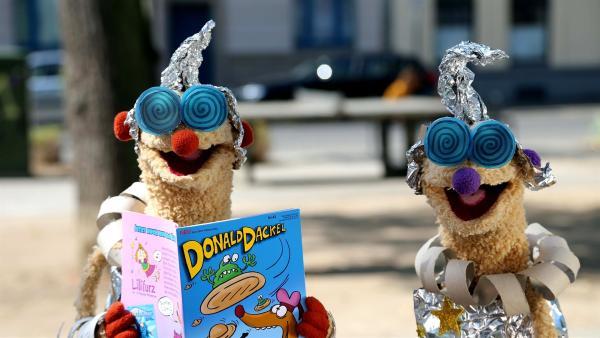 Jan & Henry mit Außerirdischenschutzuniform. | Rechte: NDR/ bigSmile
