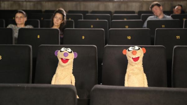 Ein Kinobesuch endet für die Erdmännchen in einem spannenden neuen Fall. | Rechte: NDR/bigSmile