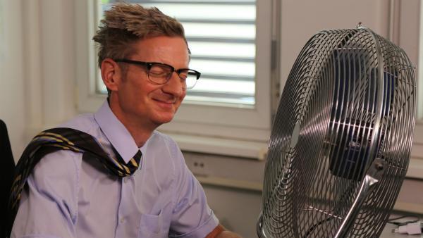 Der Kommissar (Michael Kessler) verschafft sich eine Abkühlung. | Rechte: NDR/bigSmile