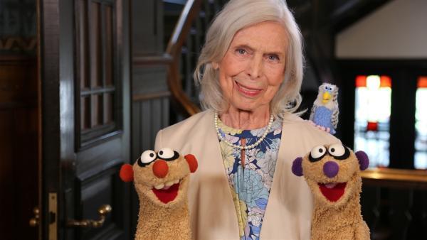 Jan und Henry helfen der netten alten Dame (Dagmar von Kurmin) und ihrem Wellensittich Bubi. | Rechte: NDR/bigSmile