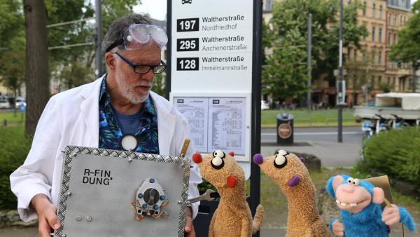 Jan und Henry treffen einen Affen und einen Erfinder (Wolfgang Trepper). | Rechte: NDR/bigSmile