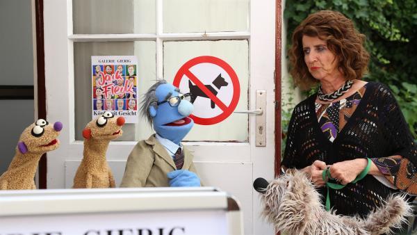 Der Galeriebesitzer will die Hundefreundin (Julia Schmitt) nicht in die Ausstellung lassen. | Rechte: NDR/bigSmile