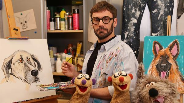 Jan und Henry ertappen den Künstler Jack Fleck beim Malen von Hundebildern (Daniel Wiemer). | Rechte: NDR/bigSmile