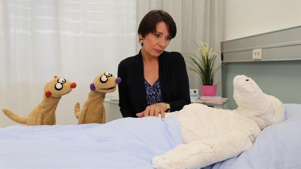 Jan und Henry und die Gräfin (Ute Willing) machen sich Sorgen um die kranke Krokodella. | Rechte: NDR/bigSmile