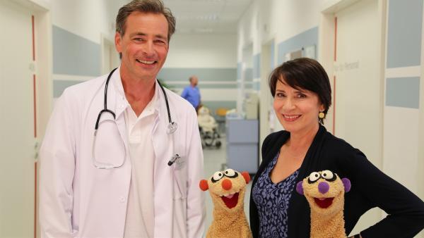 Jan und Henry im Krankenhaus mit der Gräfin von Undzu (Ute Willing) und Oberarzt Doktor Schnulze (Jan Sosniok). | Rechte: NDR/bigSmile