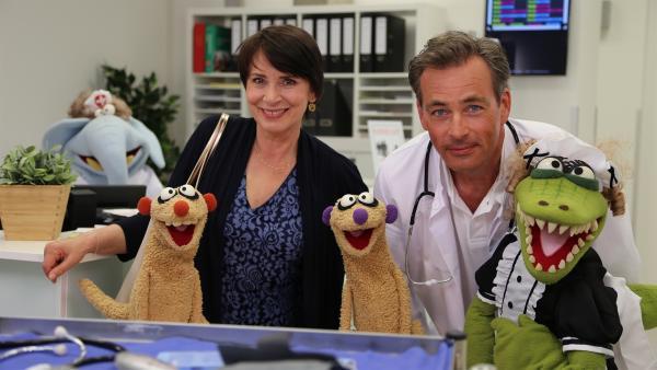 Jan und Henry mit der Gräfin (Ute Willing), Oberarzt Doktor Schnulze (Jan Sosniok) und Krokodella. | Rechte: NDR/bigSmile