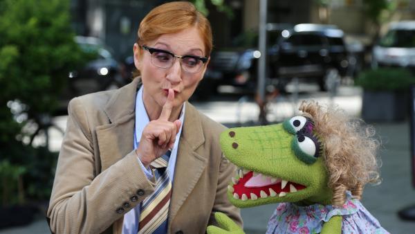 Die Schwester vom Kommissar (Petry Nadolny) und Krokodella haben ein Geheimnis. | Rechte: NDR/bigSmile