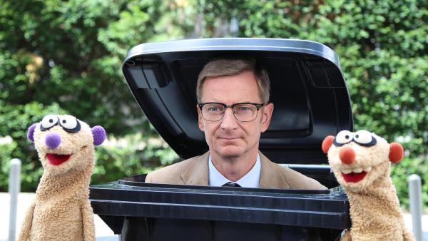 Der Kommissar (Michael Kessler) und die Erdmännchen liegen auf der Lauer. | Rechte: NDR/bigSmile