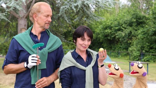 Jan & Henry helfen der Gräfin von Undzu (Ute Willing) und dem Graf von Wegen (Jochen Horst).   Rechte: NDR/bigSmile